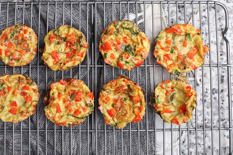 Orkaitėje keptas omletas su daržovėmis ir kietuoju sūriu receptas sveika vakarienė